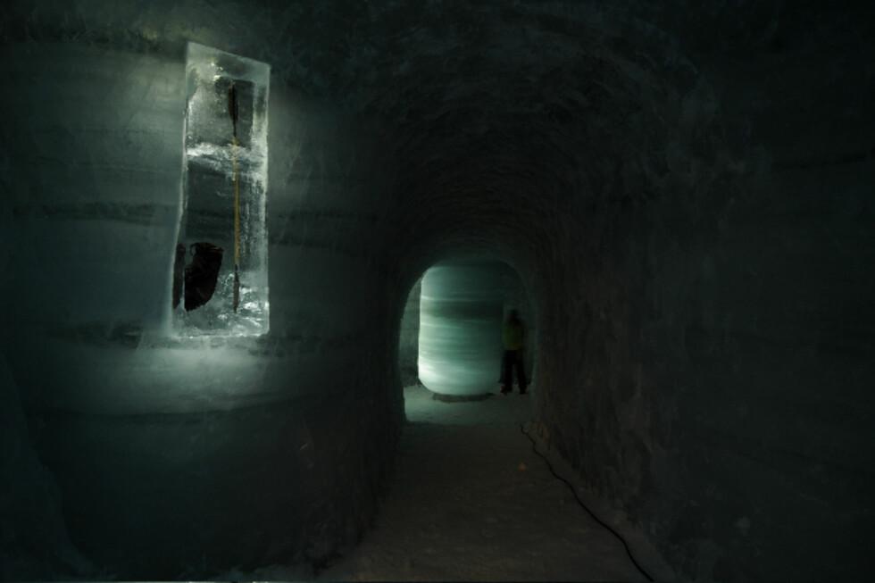 Kopier av funn i isen er stilt ut inne i tunnellen. Foto: Peder Istad