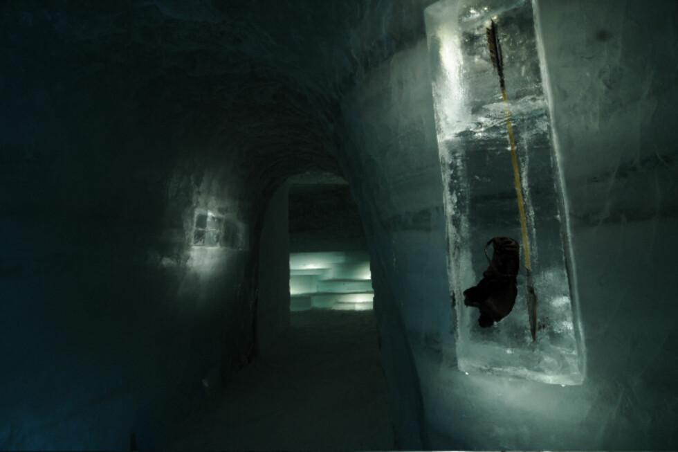 Isen gjør at gjenstander bevares lenge. Norges eldste sko har ligget i isen i 3.400 år. Her sees en kopi inne i istunnellen. Foto: Peder Istad