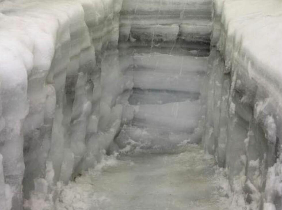Isen kan fortelle mye om klimaendringer gjennom tidene. Her ser vi den påbegynte istunnellen i autust 2009.  Foto: Klimapark2469