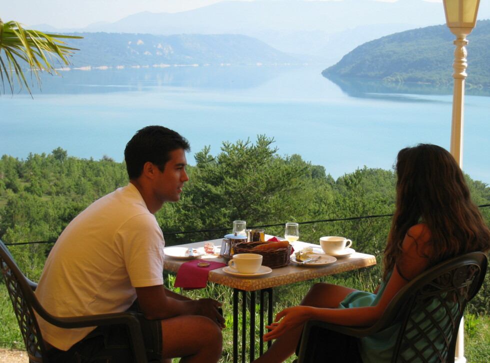 Dagen starter bra med en god frokost foran innsjøen. Foto: Stine Okkelmo