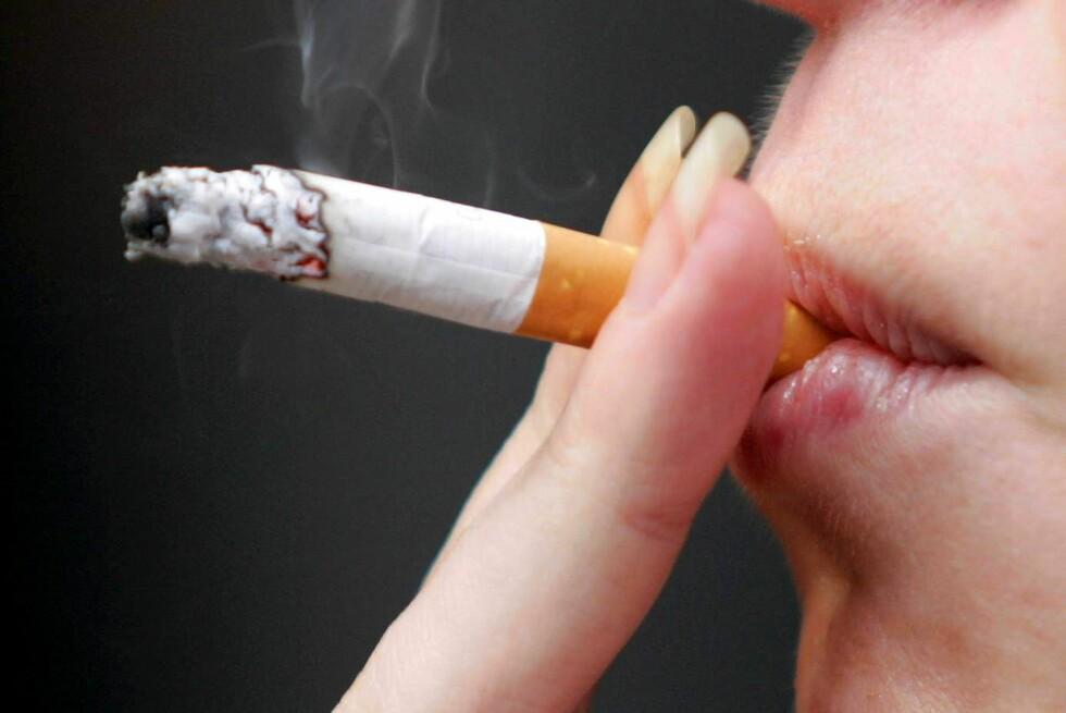 RØYK, EN DEL AV KOSEN: Røyk er et kosesymbol for mange, og bruker det gjerne som en unnskyldning til å slappe av. Ny forskning viser at stressnivået ditt ikke blir mindre av den grunn.