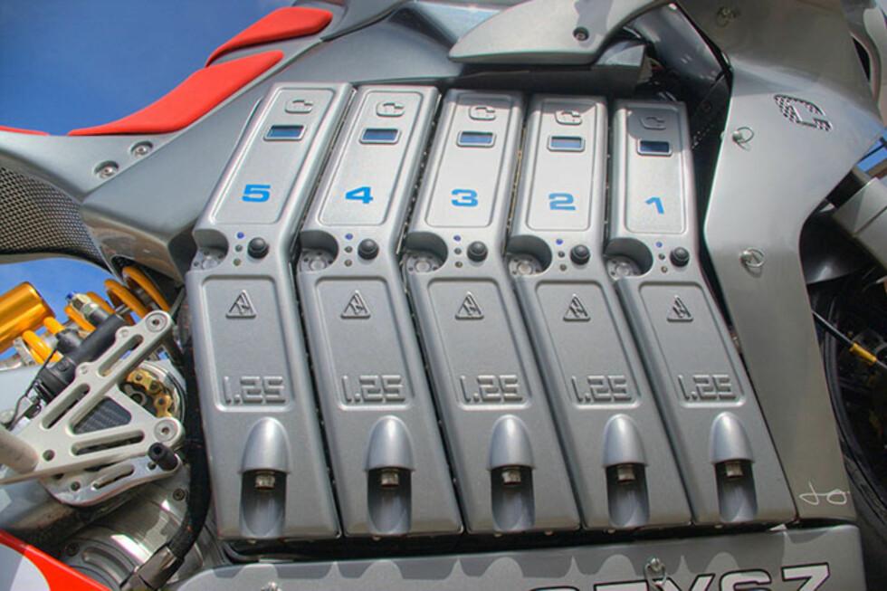 IKKE SMÅTTERI: Ti litium-polymer-batterier holder sykkelen i gang.