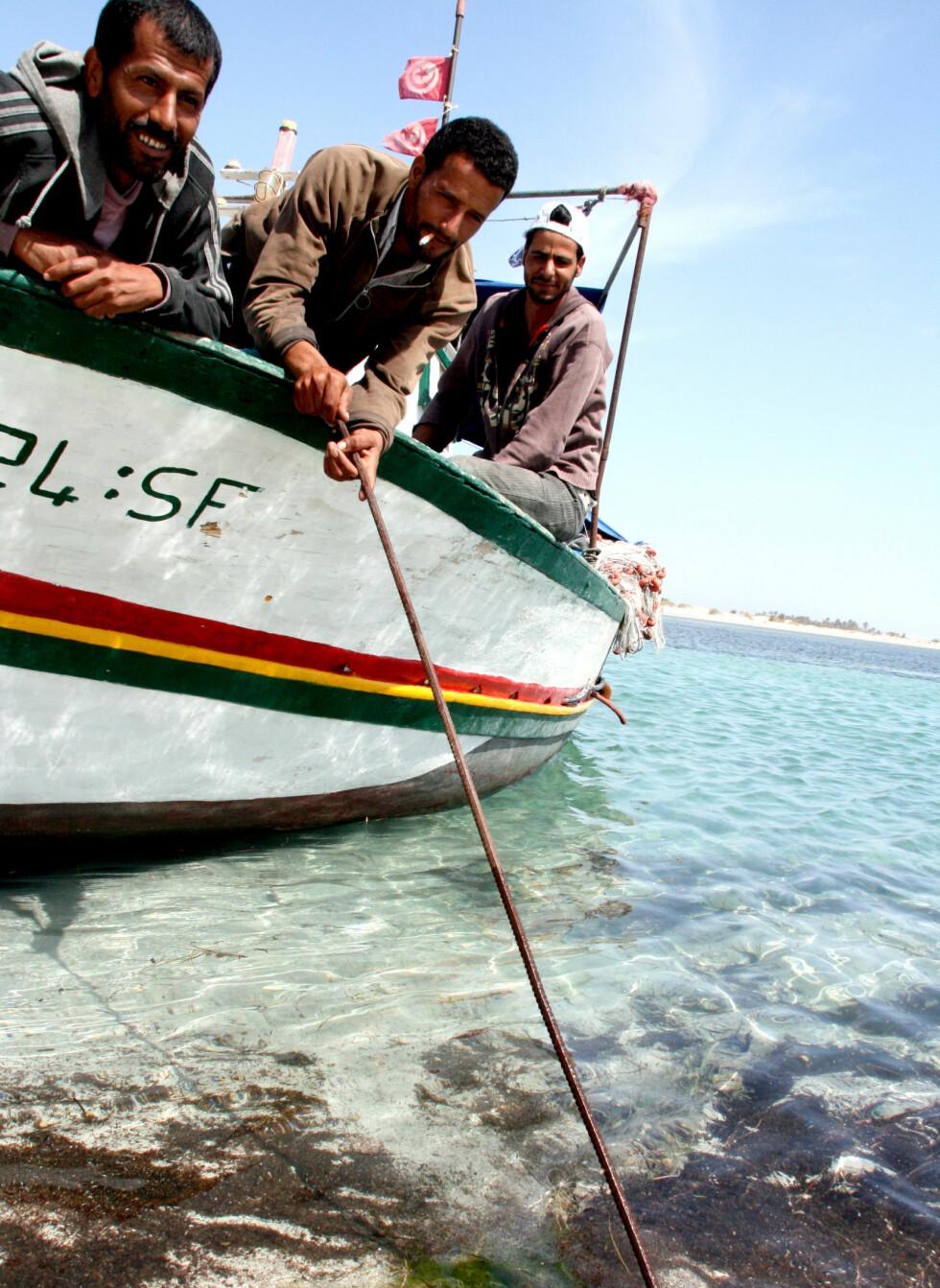 Tre tunisiske rekefiskere er klare for å gjøre dagens fangst. Foto: Kim Jansson