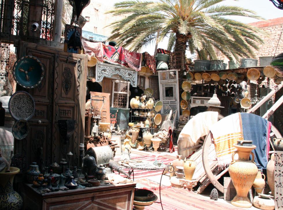 Markedet i Houmt Souq er noe for seg selv. Her finner du alt fra masseproduserte kameldokker til flotte og noe dyrere bruktmarkeder, som dette her. Foto: Kim Jansson