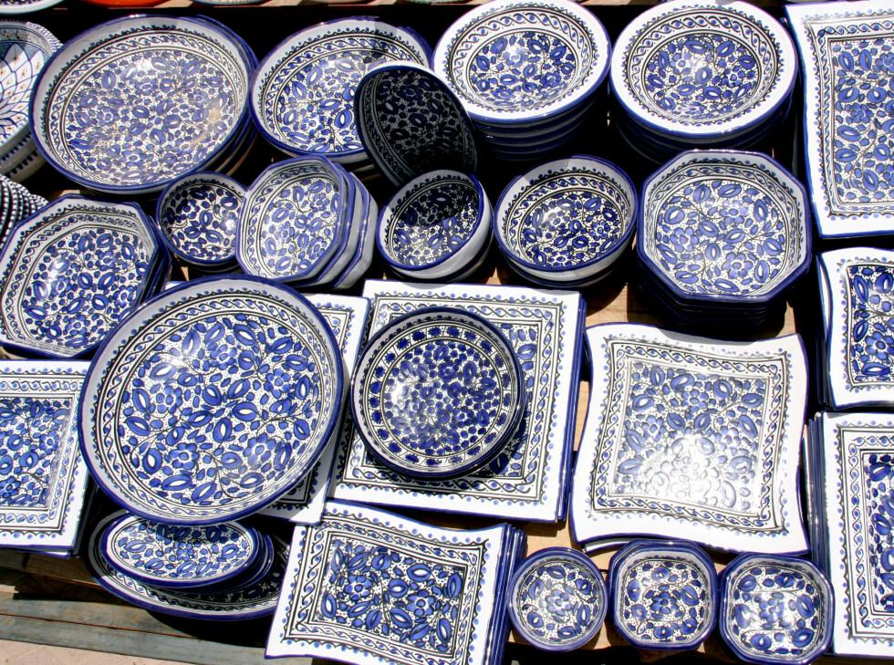 Husk å prute når du blir tilbudt varer på basarer og markeder i Tunisia. Det er ikke uvanlig å slippe unna med en tredel eller halvparten av den prisen selgeren egentlig ville ha. Foto: Kim Jansson