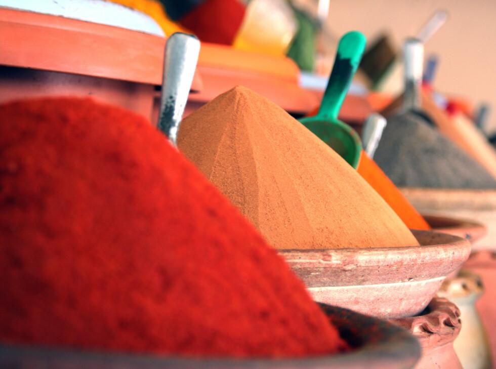 Krydder i lange baner på nesten alle markeder i Tunisia. Foto: Kim Jansson