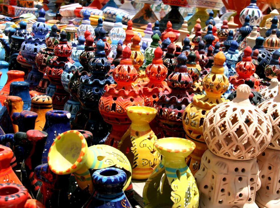 Tilbake på markedet blir pottene og krukkene solgt videre til rike turister.  Foto: Kim Jansson