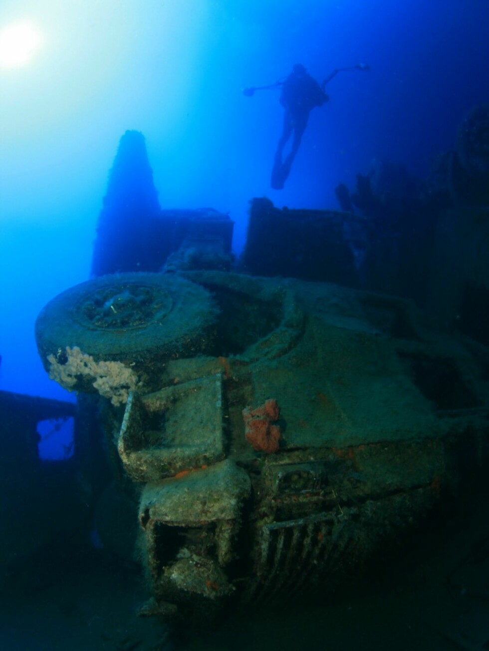 Et dykk på Zenobia er noe alle som kommer til Kyrpos burte få  med seg. Vraket av bilfergen som gikk ned tidlig på 80-tallet huser mange spennende lastebilvrak og mulighetene for å svømme inn i skipet er tilstede om du tør. Foto: Aphrodite