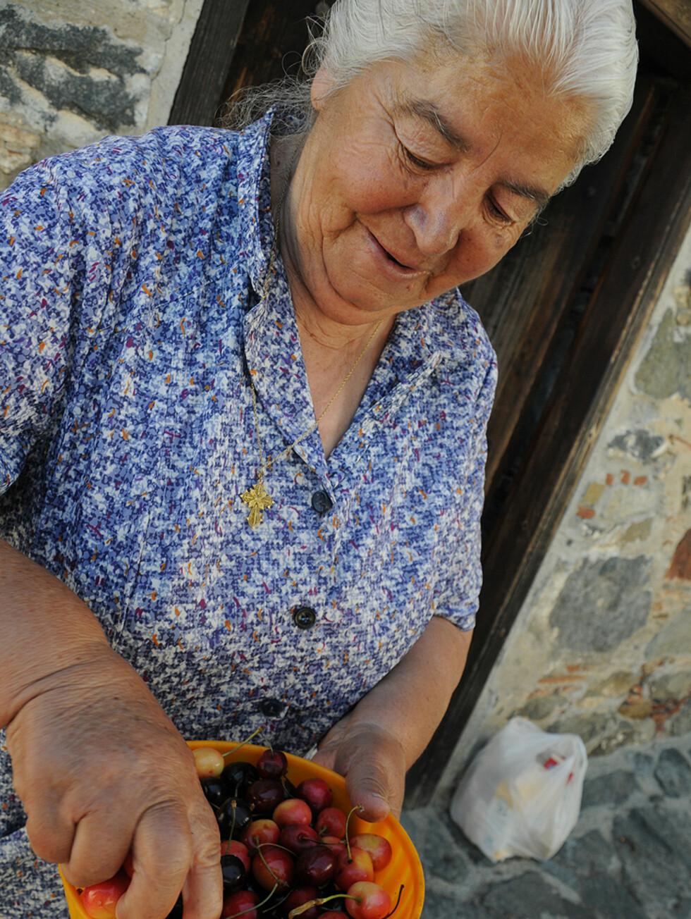 Oppe i Trodos kan du forvente deg vennlighet og kanskje en kirsebær eller to.  Foto: Hans Kristian Krogh-Hanssen