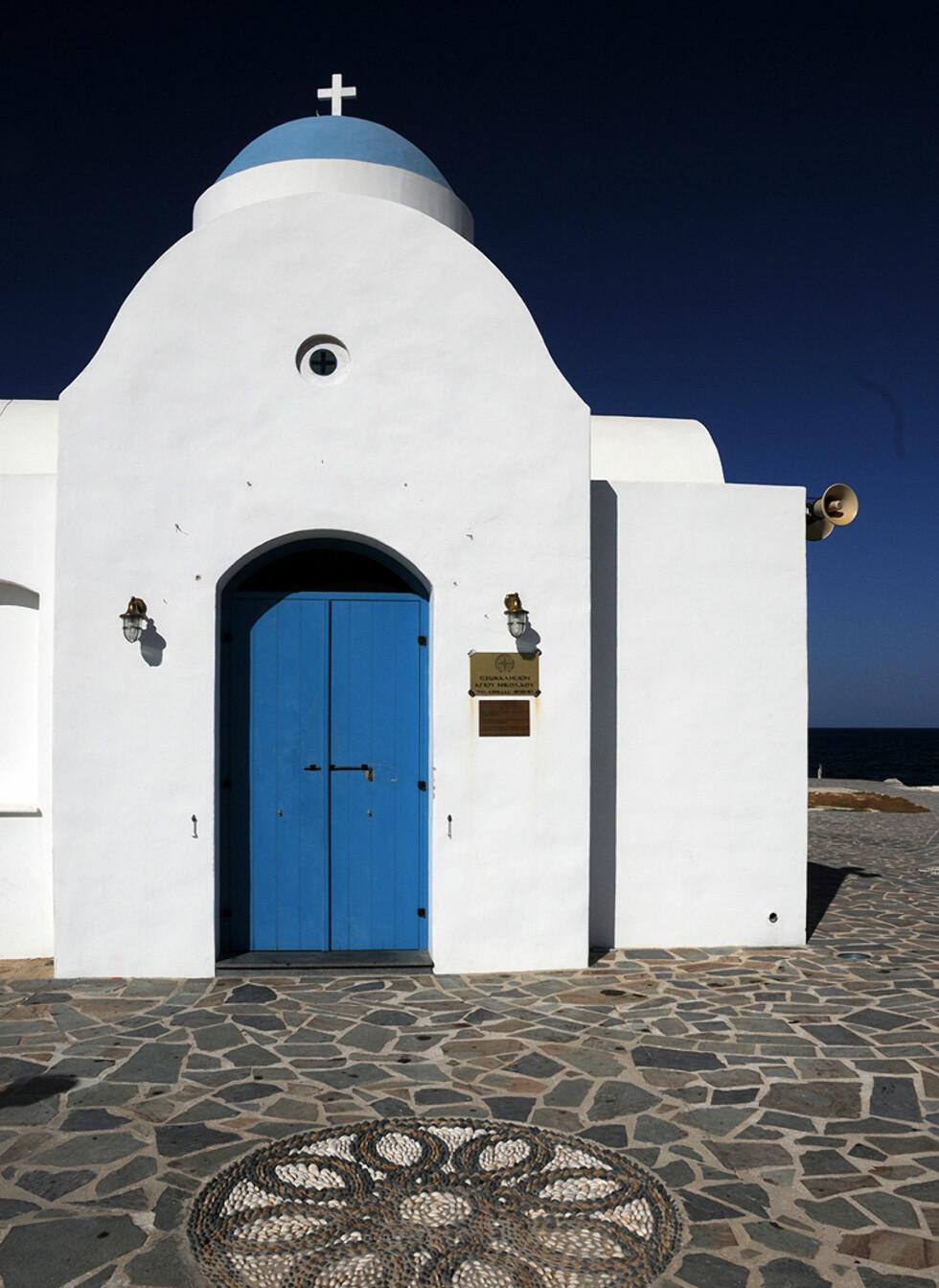 Resier du litt utenfor allfarvei, kan du finne små herlige plasser som denne kirken ved Louma Beach. Foto: Hans Kristian Krogh-Hanssen