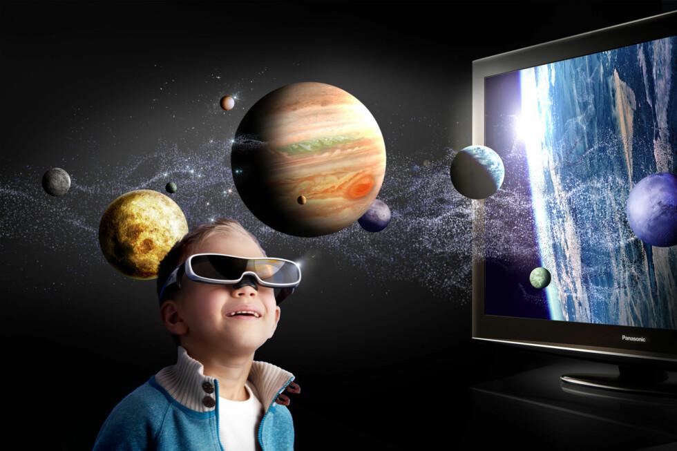 TV-en liker vi veldig godt, men hva er det med de brillene? Foto: Pressebilder Panasonic