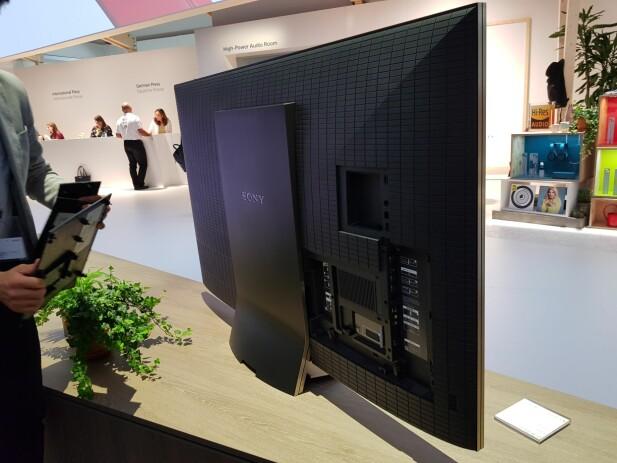 """TA AV: Bak ZD9-TV-ene skjuler det seg tre lokk til ulike ut- og innganger. Kablene kan du strekke gjennom """"tunnelen"""" som går inn i TV-foten og ned. Foto: Pål Joakim Olsen"""