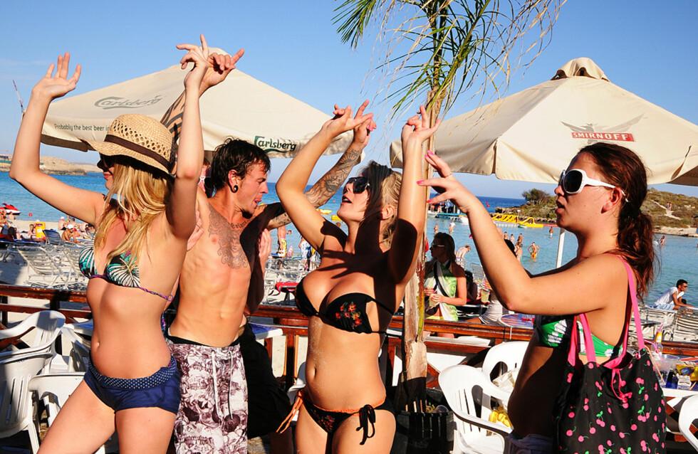 Festen begynner som regel på ettermiddagen på Nissi Beach, noen kilometer utenfor selve bysentrum i Ayia Napa. Etter noen timer i solen, knekkes øl på stranden og den lange festen er i gang. Foto: Hans Kristian Krogh-Hanssen