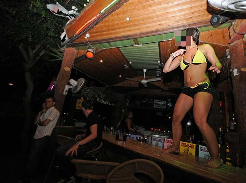 Inne på diskotekene begynner kvelden ganske rolig for de fleste. Jentegjenger danser og drikker, mens gutta henger i baren. På bardiskene som vender ut mot hovedgaten er det også vanlig med unge jenter som danser for å trekke tørste kunder inn i barene. Foto: Hans Kristian Krogh-Hanssen