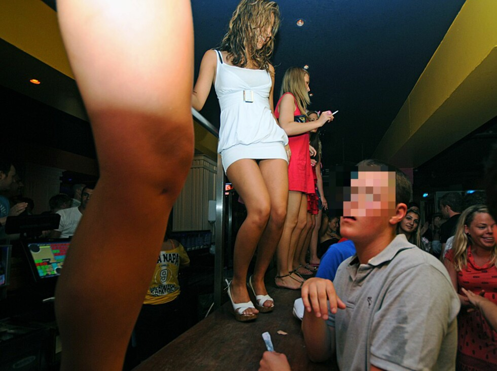 Etterhvert fylles det opp med sommerkledte folk inne på diskotekene. For noen kan det bli litt mye hud å feste blikket på ... Foto: Hans Kristian Krogh-Hanssen