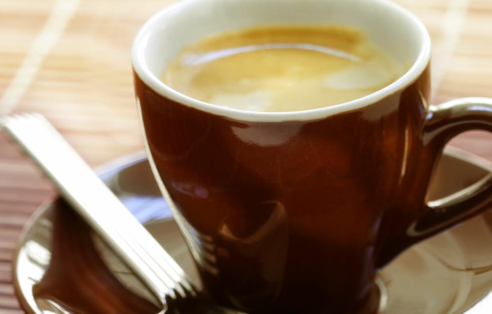 MISTER EFFEKTEN: - Folk som drikker kaffe regelmessig føler seg oppkvikket når de tar sin morgendose. Men forskning tyder på at dette snarere er en reversering av den trettheten man opplever når koffeinnivået i kroppen synker, skriver forsker Peter Rogers. Foto: colourbox.com