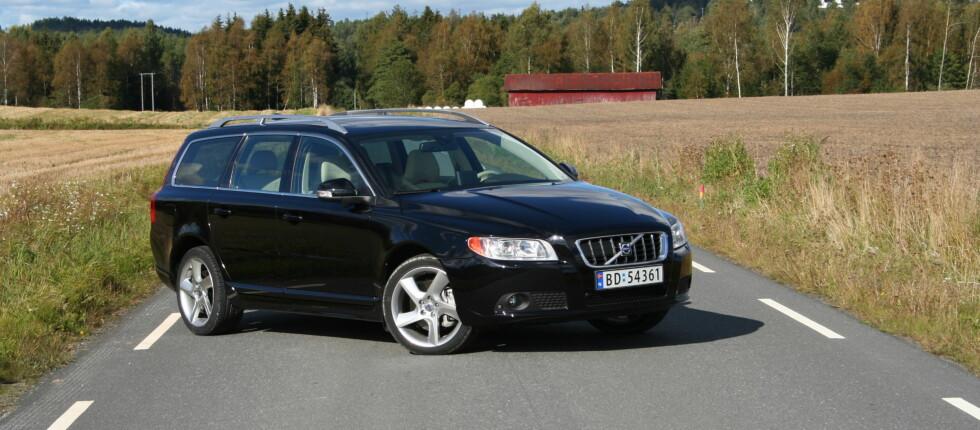 Volvo V70 har så langt i år solgt svært godt her i landet og er for tiden Norges nest mest solgte bilmodell. DinSide antar at en viktig forklaringer modellen V70 DrivE, som har en innstegspris på bare 343.000 kroner. På bildet en Volvo V70 T6 AWD. Foto: JOGRIM AABAKKEN