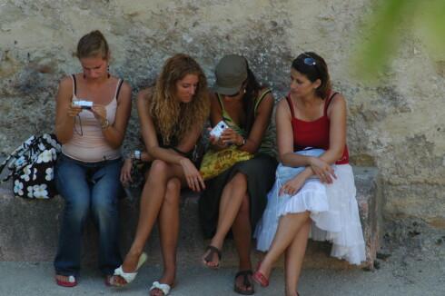 Disse turistene sammenligner feriebildene sine fra Lisboa. Foto: Hans Kristian Krogh-Hanssen