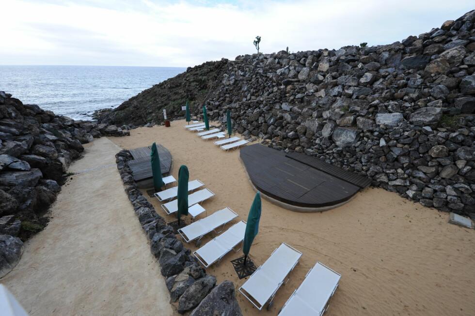 Den kunstige sandstranden er ikke mye å skryte av, synes anmelderen. Foto: Hans Kristian Krogh-Hanssen