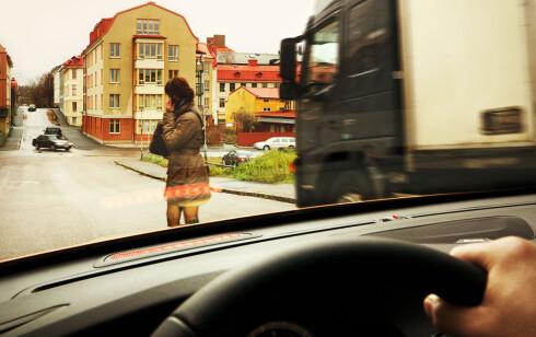 Hun gikk rett ut i veien - og nå er det for sent å stoppe. Eller...? Foto: Volvo