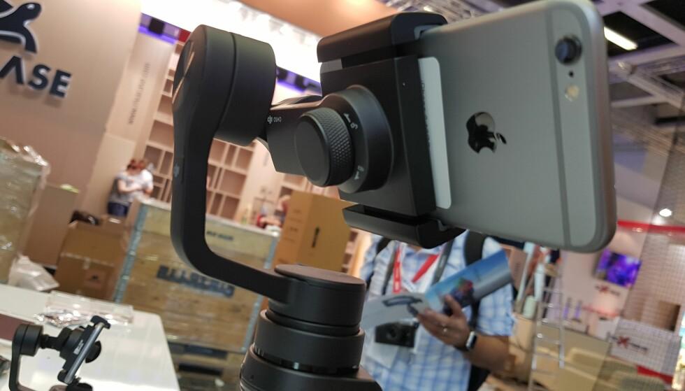 NÅ FOR MOBIL: Fester du mobiltelefonen i DJI Osmo Mobile, kan du lage videoer nesten helt uten risting. Foto: Pål Joakim Olsen