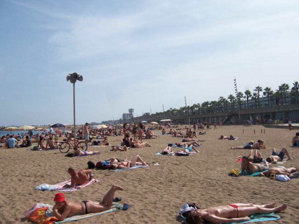 Er det varmt i været, så ta en tur til bystranden La Barceloneta. Foto: Sergi Larripa
