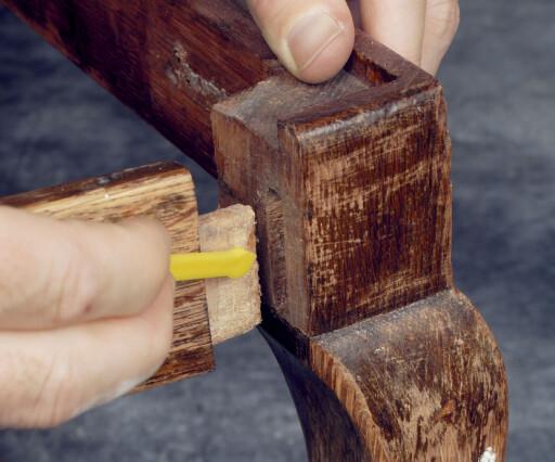Lim er en fantastisk oppfinnelse og bruksområdene er nærmest ubegrensede. Her brukes et par dråper lim til å styrke en stolkonstruksjon. Foto: Casco
