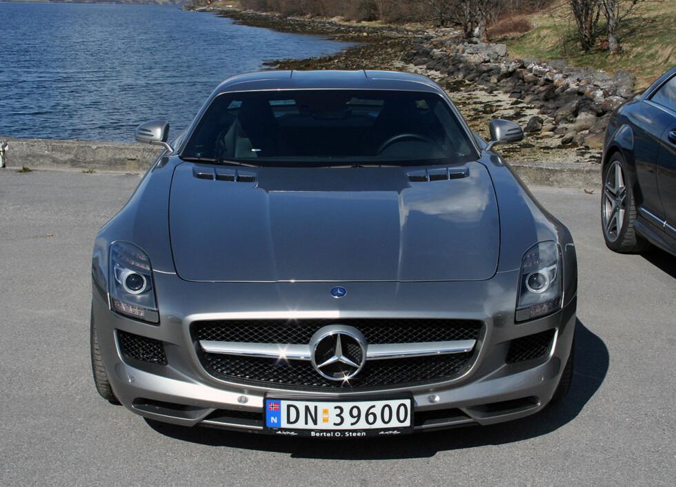 Hint til SL 300 også forfra. Og bilen er bred: 194 cm... Denne bilen har Alubeam silver-lakk som ekstrautstyr. Pris for denne: 109.000 kroner. Foto: Knut Moberg