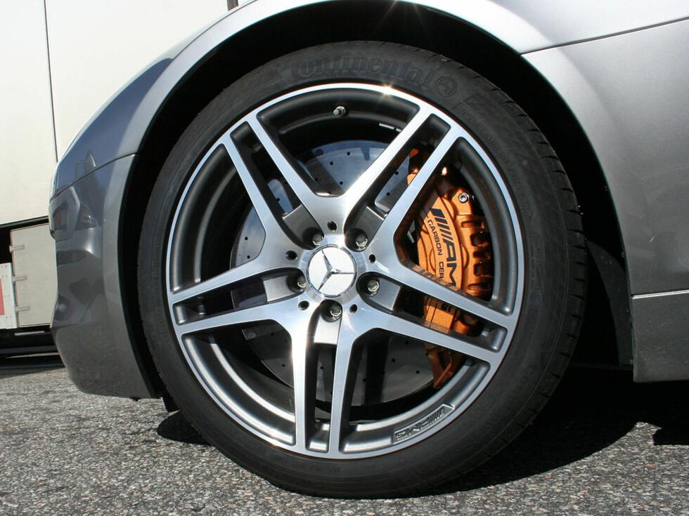 AMG keramiske bremser med gylden-oransje kalipere er ekstrautstyr og koster bare 104.000 kroner.  Foto: Knut Moberg