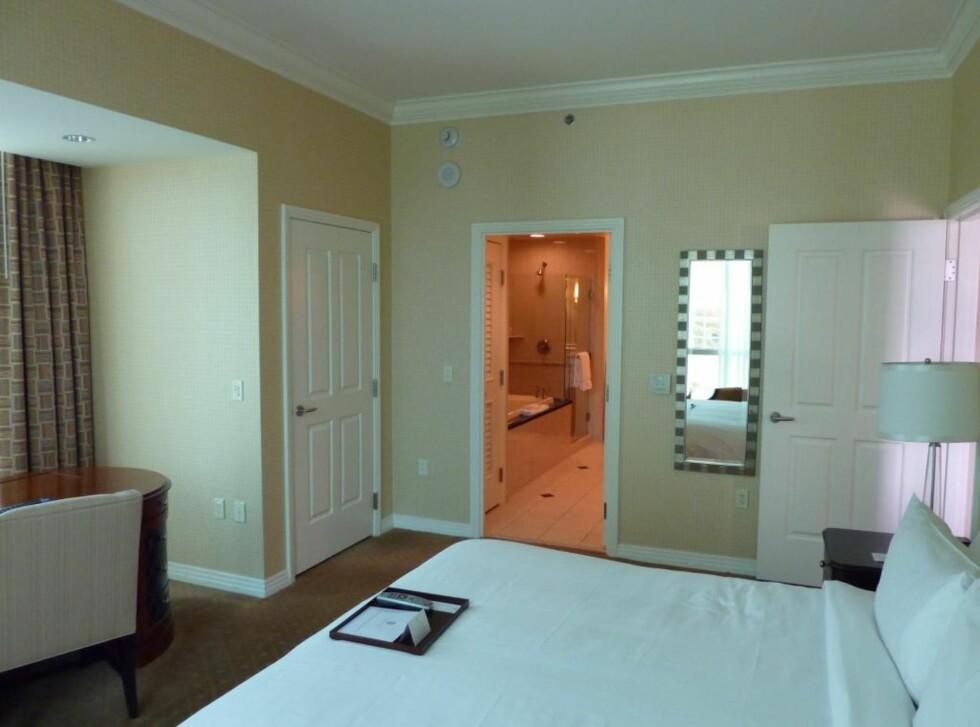 Soverommet på one bedroom suite. Bak den lukkede døra er det garderobe og safe. Foto: Thomas Olavesen