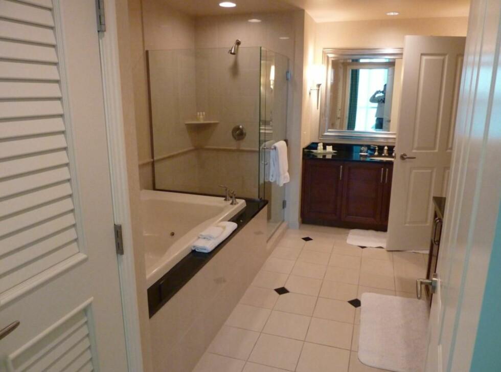 Badet i One bedroom suite med jacuzzi, dusjkabinett og vasker. Døra går videre til toalettet. Foto: Thomas Olavesen