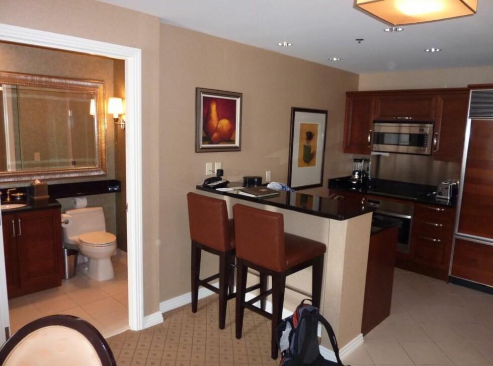 Kjøkken og bad nummer to i one bedroom suite. Foto: Thomas Olavesen
