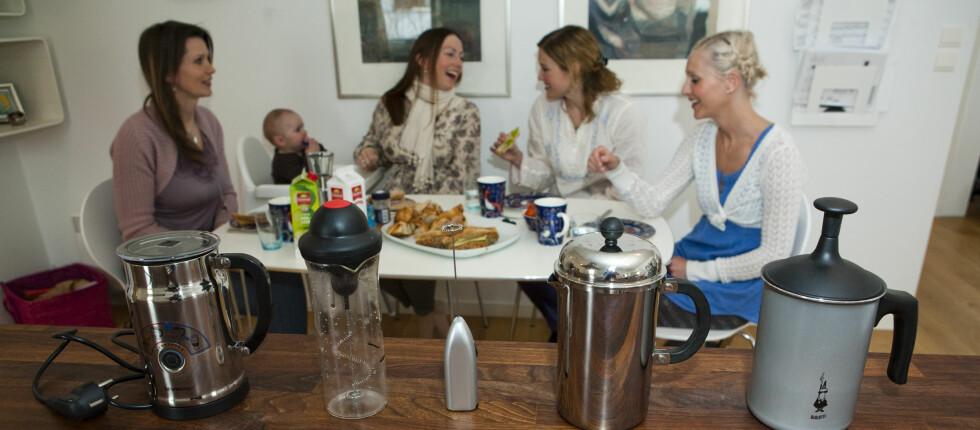 Barselgruppen fra Jar har drukket mange kopper cappuchino og kaffelatte det siste året, og bidro da DinSide testet melkeskummere. Foto: Per Ervland