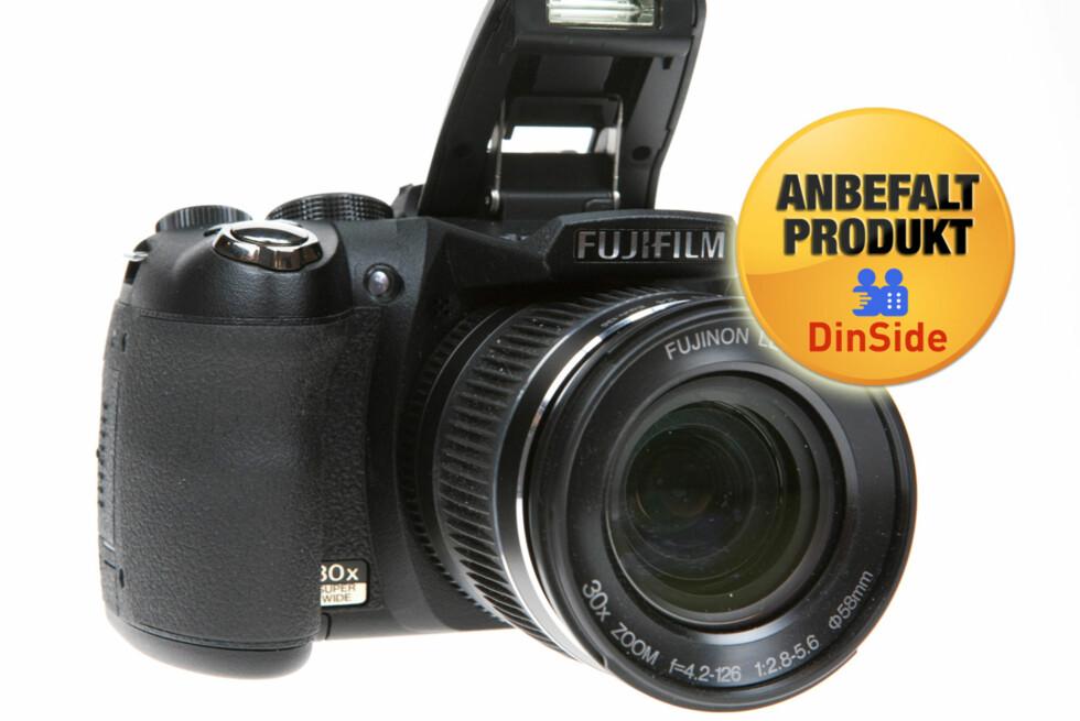 MONSTER: Fujifilm byr på 30x optisk zoom, 24mm vidvinkel og filming i 1080p. Foto: Per Ervland