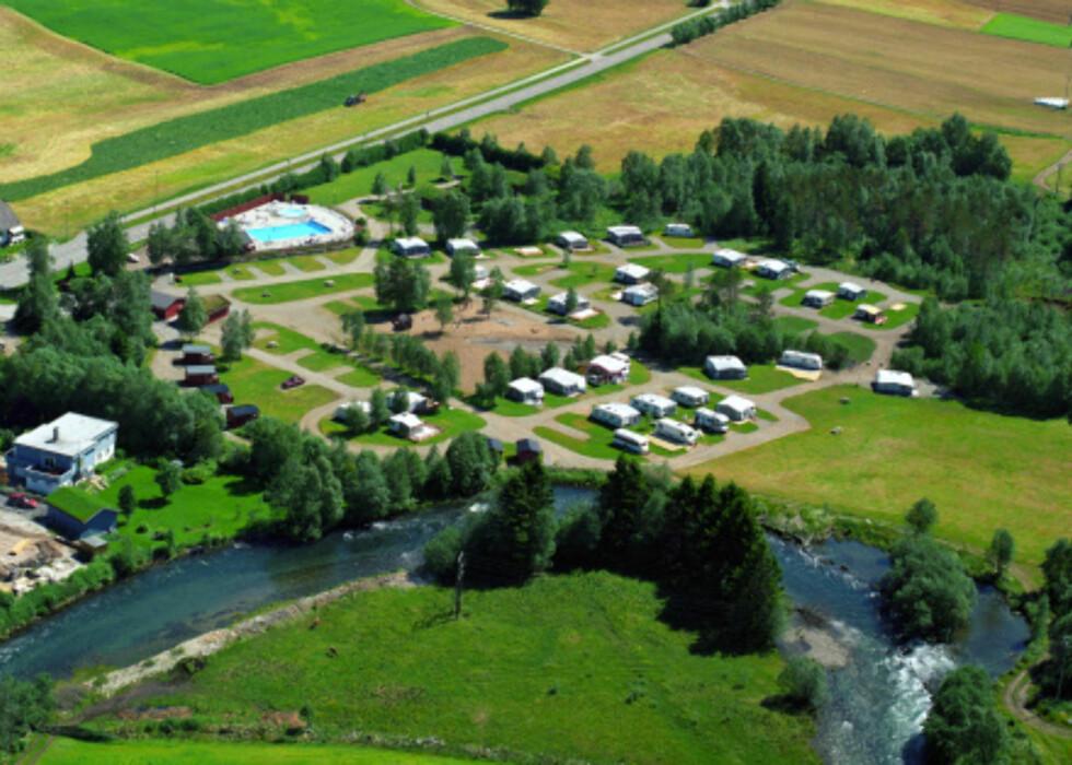 Campingplassen ligger rett ved en flott ørretelv. Her sees også bassenget. Foto: Harald Valderhaug/Byrkjelo Camping