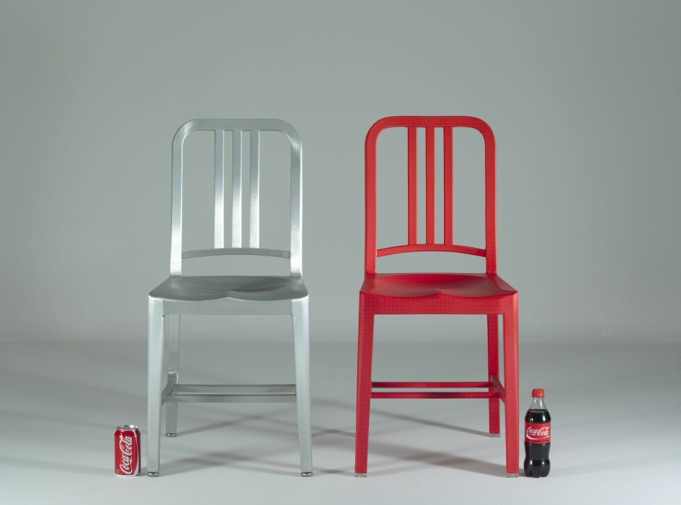 RESIRKULERT DESIGN: Klassikeren Navy Chair fra Emeco i resirkulert utgave, laget av 111 plastflasker, i samarbeide med Coca Cola. Foto: Emeco