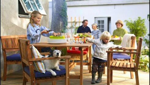 En terrasse på bakkeplan trenger ikke rekkverk. Illustrasjonsfoto: Ikea