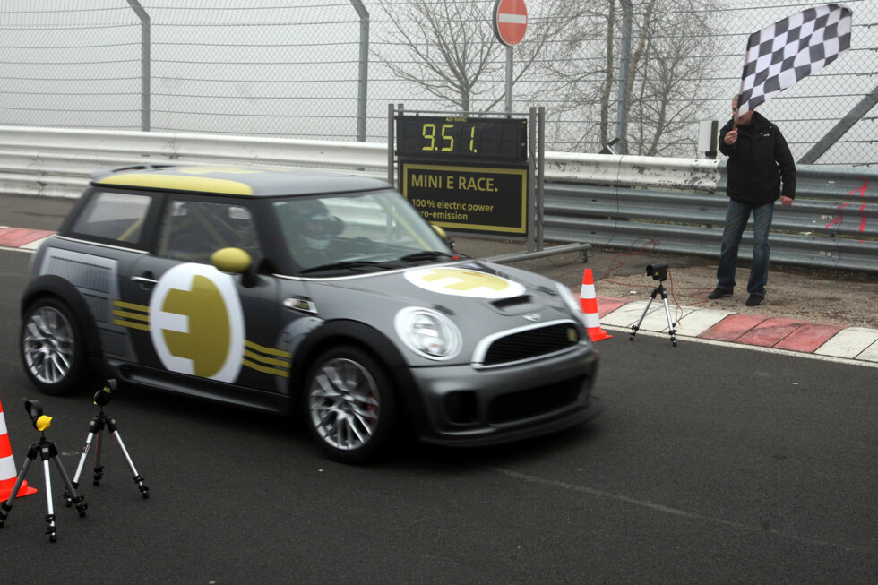 MINI E Race crossing the finish line. (04/2010) Foto: an.niedermeyer