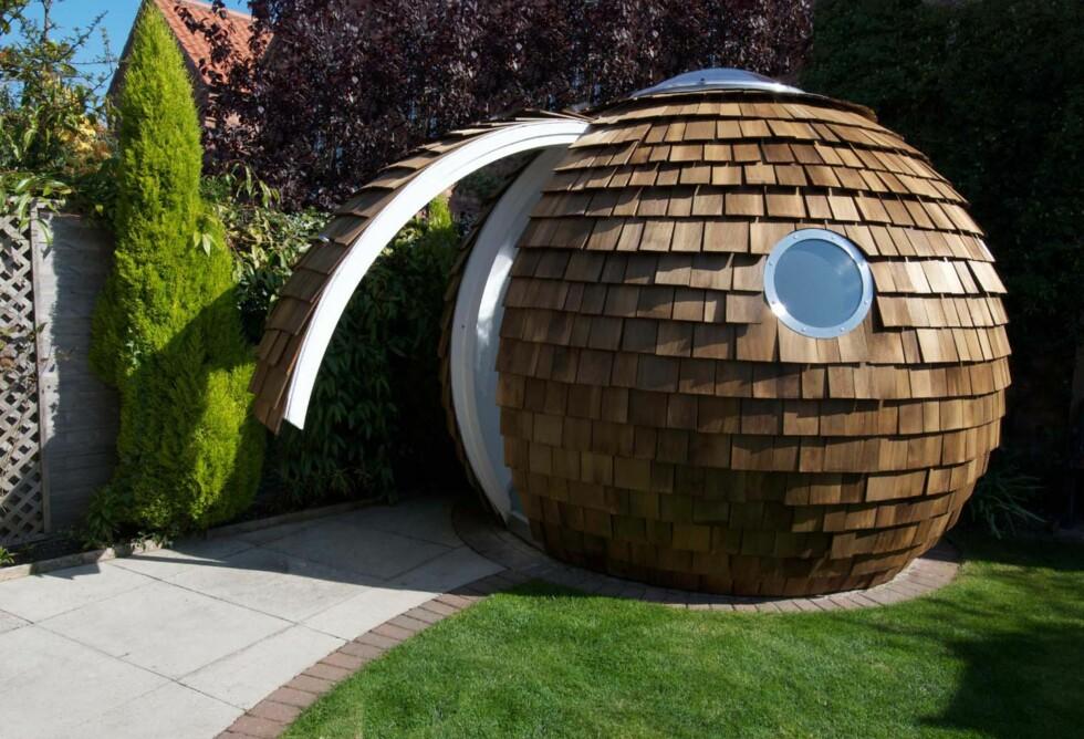 NUTS? Det er mulig ekornene i hagen blir forvirra, men på innsiden av denne sfæriske skikkelsen skjuler det seg et aldri så lite drømmekontor. Foto: Produsenten