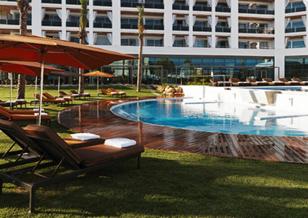 Fra bassengområdet. Hotellet er også kjent for sitt spa. Foto: Aguas de Ibiza, Spania
