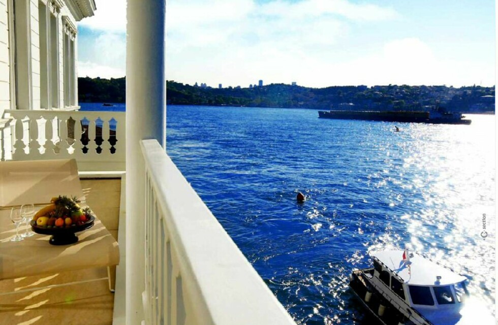 Noen av rommene har balkonger som vender mot Bosporosstredet. Foto: A'jia, Istanbul