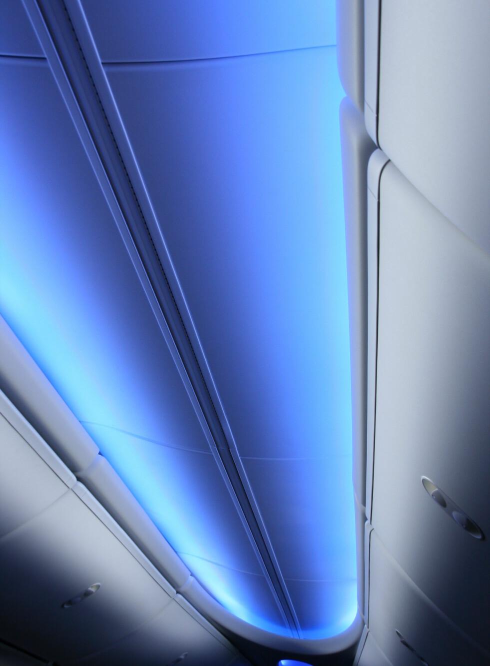 Lys i taket skal skape en illusjon av at flyet er høyere. Pent å se på er det også. Foto: Kim Jansson