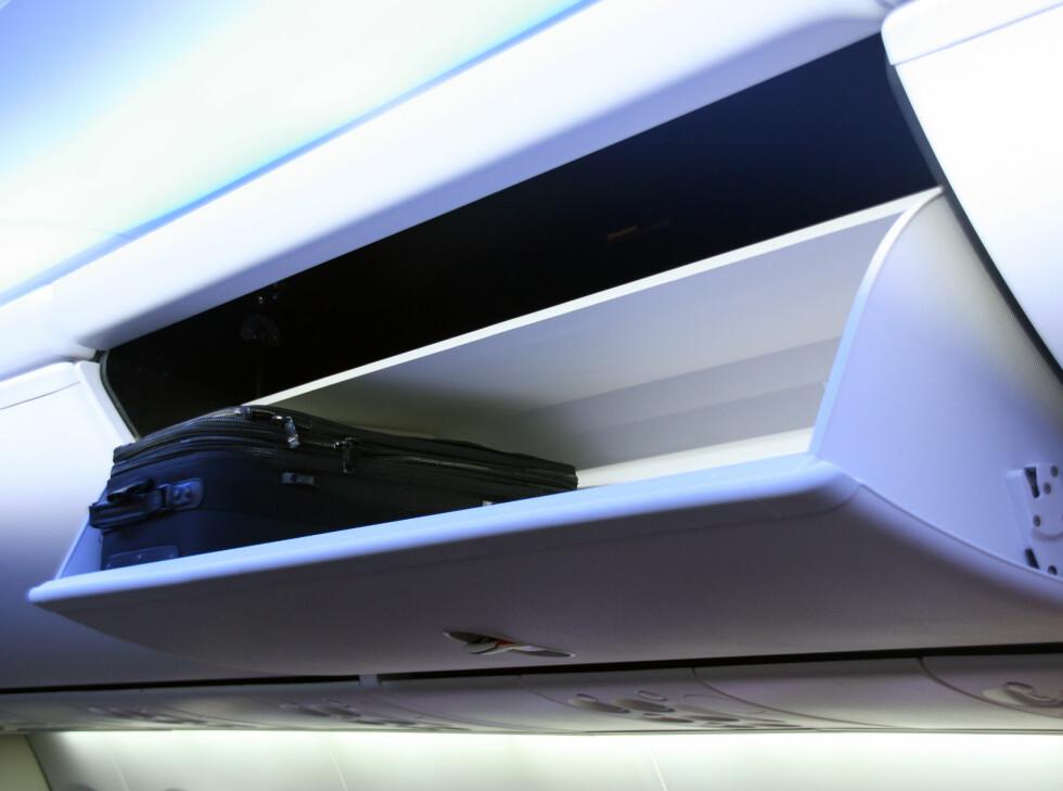 De nye hyllene skal gjøre at passasjerene får plass til mer og større håndbaggasje. Foto: Kim Jansson