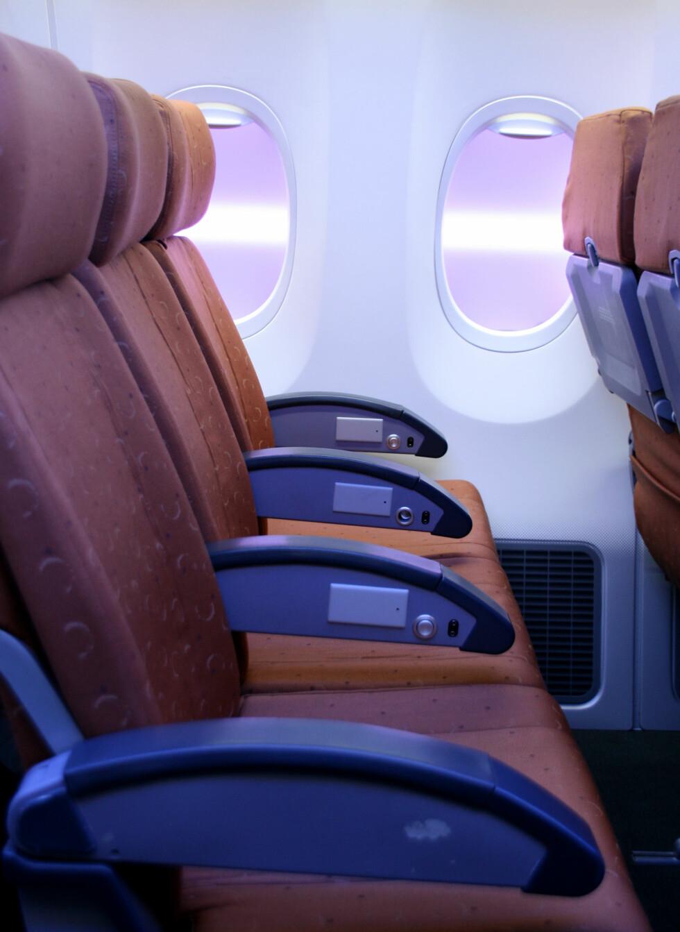 Standard økonomiklasse. Legg merke til vinduene, som er designet for å virke større enn vanlige flyvinduer.