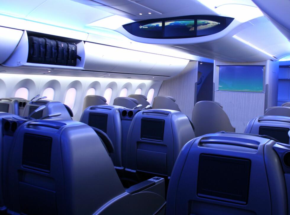 I taket med langskjermen har Boeing plassert senger til kabinpersonalet, slik at de hvile uten å bli forstyrret av masete passasjerer. Foto: Kim Jansson