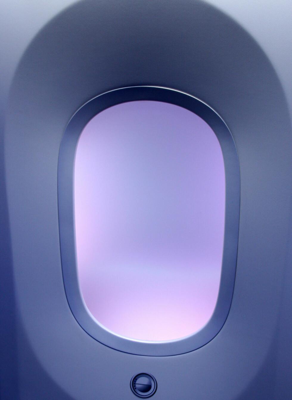 Vinduene er betydelig større enn på vanlige Beoing-fly. De er også plassert hlyere opp enn normalt, slik at flere passasjerer skal få muligheten til å kikke ut. Legg merke til dimmerknappen under vinduet. Foto: Kim Jansson