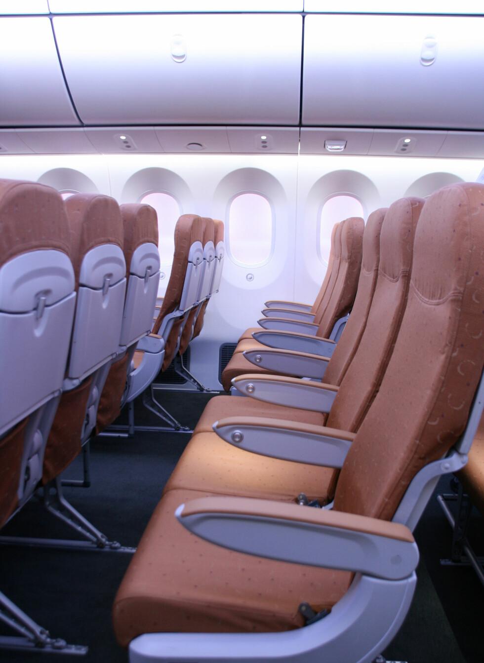 Setene på økonomiklasse er ganske ordinære, og kan selvsagt tilpasses flyselskapenes ønsker. Her ser du godt hvor store vinduene i flyet er, og hvor høyt oppe de er plassert. Foto: Kim Jansson
