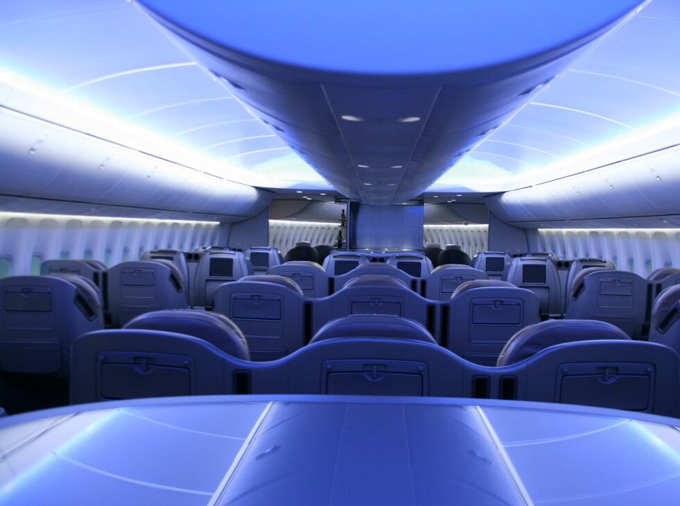 Business-klasse på de nye 747-ene. Legg merke til den nye Boeing-standarden med behagelig, blått lys i taket Foto: Kim Jansson