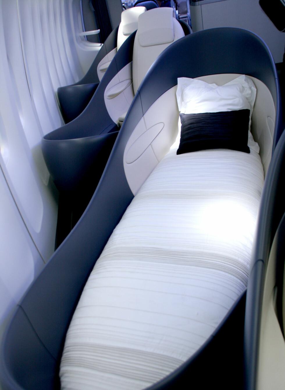 Disse sengene kan lett gjøres om til stoler, slik at hver passasjer for en komfortabel og privat flyreise. Foto: Kim Jansson
