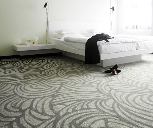 Forutsatt hyppig renhold, egner teppet seg godt på soverom. I tillegg til å binde svevestøv, vil teppet gi en varmere start på dagen for bare føtter. Foto: Informasjonskontoret for farge og interiør - www.ifi.no